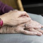 Les mains d'une personne âgée