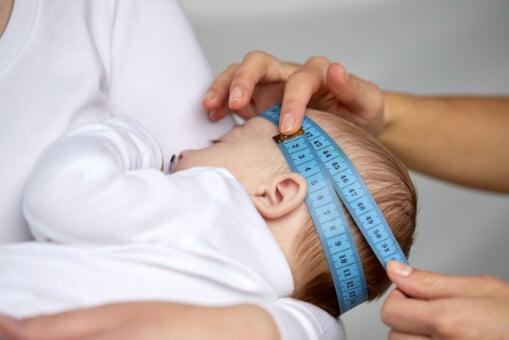 Comment mesurer la circonférence de la tête du bébé